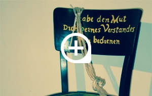 Bearbeiteter Thonetstuhl Nr. B 2817. Der Stuhl wurde 1993 im Rahmen des Kunstunterrichts am Kant-Gymnasium Boppard bearbeitet (Jahrgangsstufe 12).